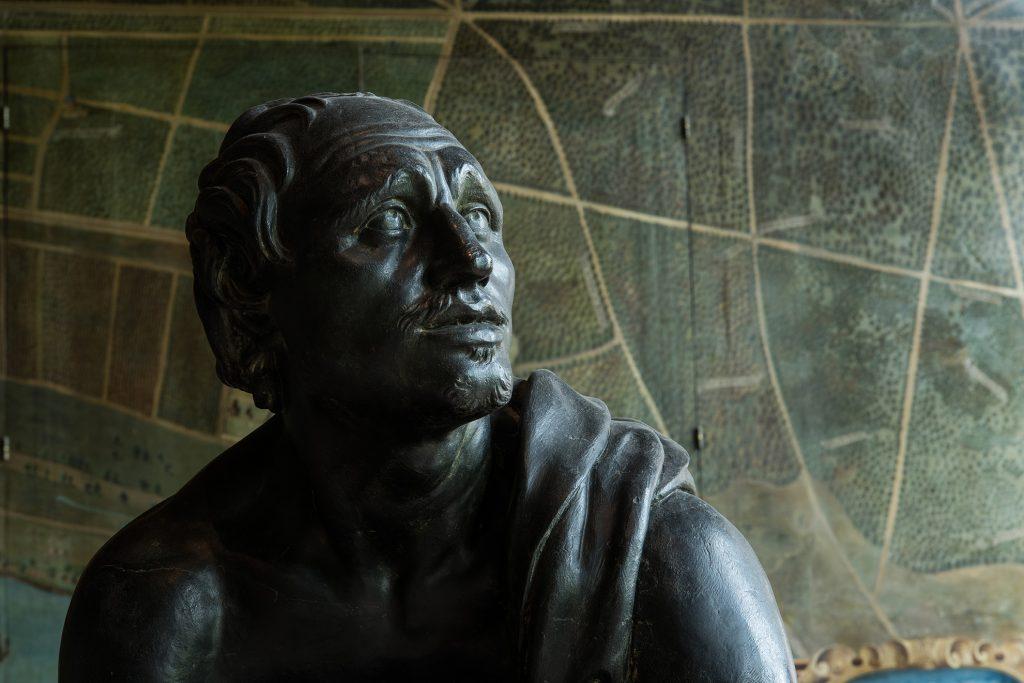 Statue Le Rémouleur dans la galerie des Cerfs du château de Fontainebleau